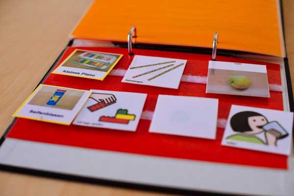 Hier sehen Sie ein Bild von Karten mit Motiven in einen Ordner.