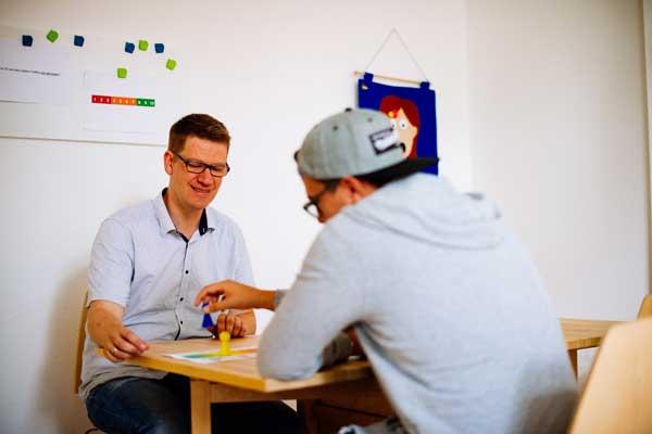Hier sehen Sie eine spielerische Methode zwischen Therapeut und Teilnehmer.