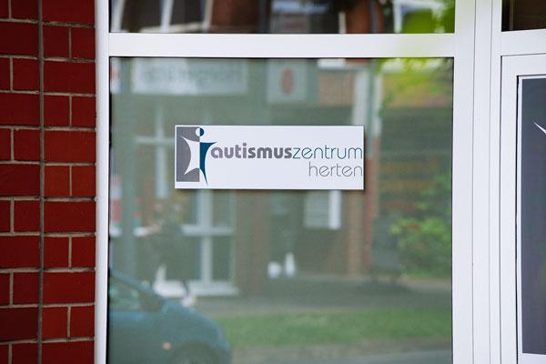 Kontaktbild: Eingangsbereich vom Autismuszentrum Herten im Ruhrgebiet. Ihr Ansprechpartner für ASS, Asperger, Atypischer, frühkindlicher Autismus, Teacch.